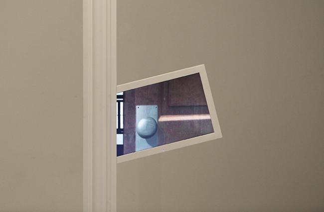 숨쉬는 문_ 대만, 단수이  Breathing Door _Tamsui, Taiwan / LED monitor, Wood Frame, 120X30X225cm  / 2014