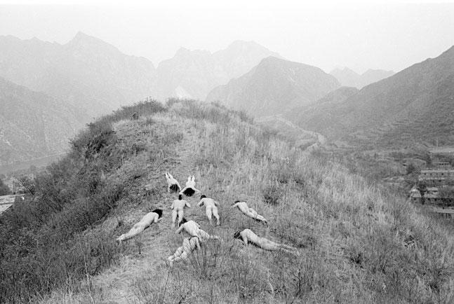 Yingmei-Duan-with-Wang-Shihua,-Cang-Xin,-Gao-Yang,-Zuoxiao-Zuzhou,-Ma-Zongyin,-Zhang-Huan,-Ma-Liuming,-Zhang-Binbin-and-Zhu-Ming,-Nine-Holes,-1995.-Live-performance,-Beijing,-China copy